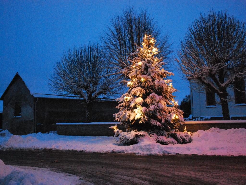 Weihnachtsbaum an der Kirche